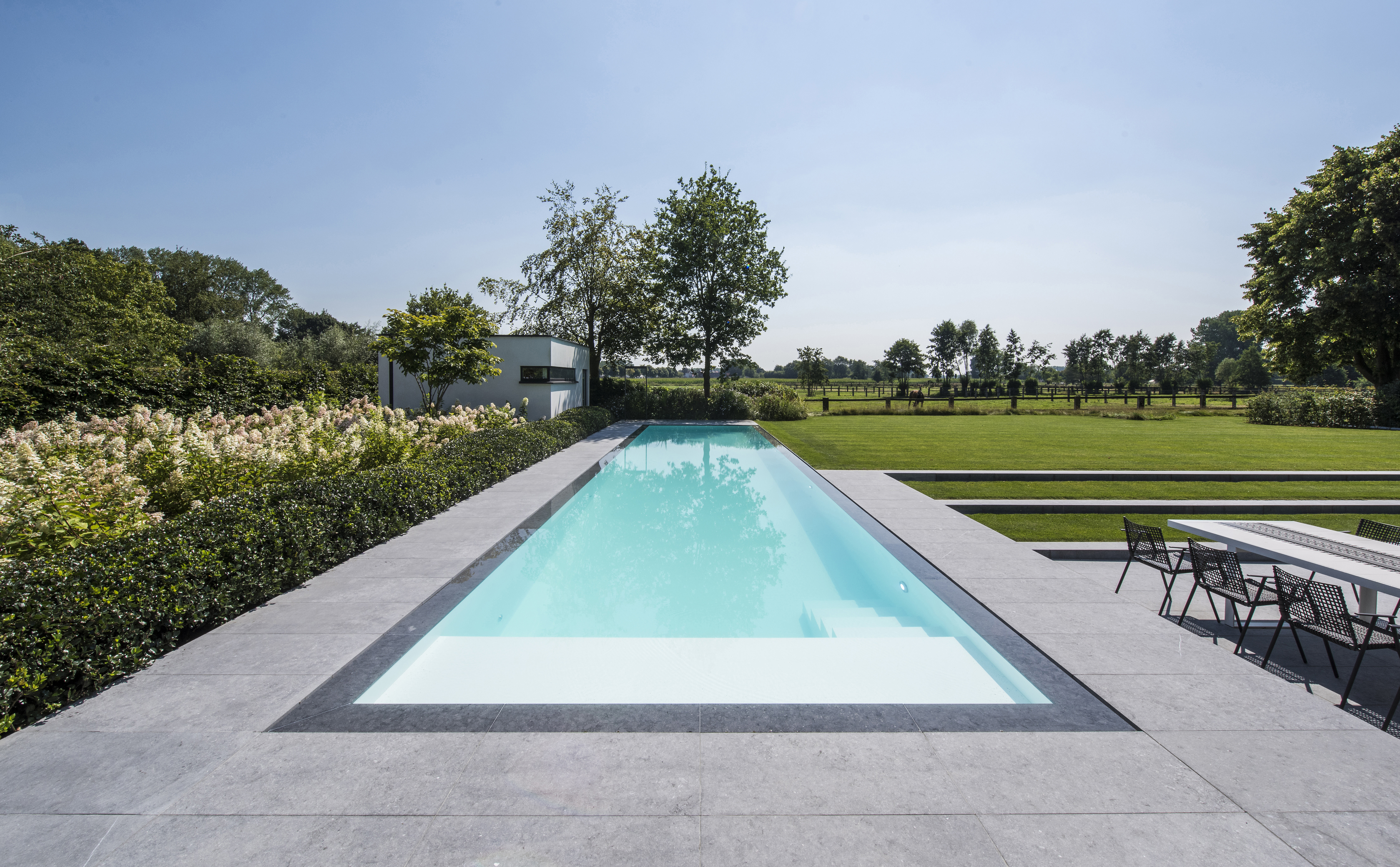 Een infinity pool zorgt voor constant vakantiegevoel in je tuin