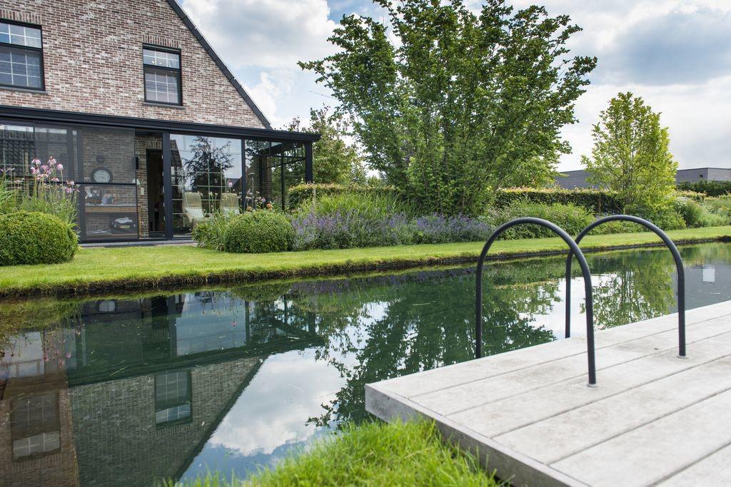 Realisatie van puur pool zwemvijver met houten vlonder for Zwemvijver afmetingen