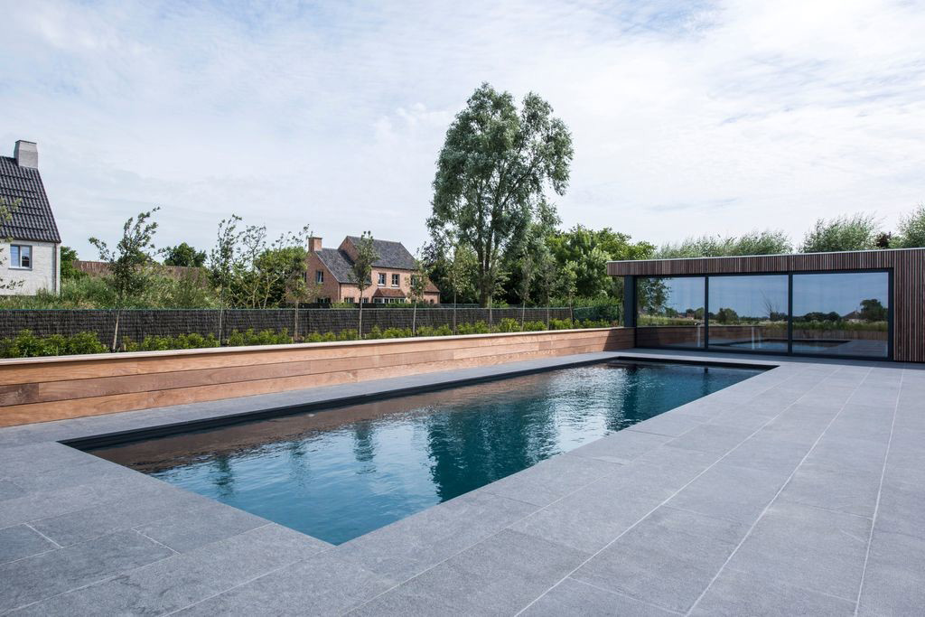 Zwembad van biopool onderloop zwembad met trendy for Zwembad voor in de tuin met pomp